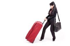 bizneswomanu ciężka ciągnięcia walizka Zdjęcie Royalty Free