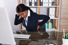 Bizneswomanu cierpienie od bólu pleców zdjęcia stock