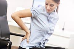 Bizneswomanu cierpienie od backache zdjęcie royalty free