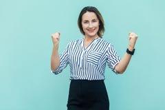 Bizneswomanu cieszenie dla jego sukcesu na bławym Fotografia Royalty Free