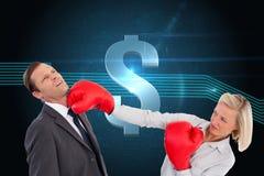 Bizneswomanu ciupnięcia kolega z jej bokserskimi rękawiczkami Obraz Royalty Free