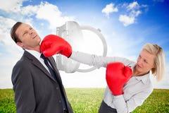 Bizneswomanu ciupnięcia kolega z jej bokserskimi rękawiczkami Obrazy Stock