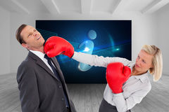 Bizneswomanu ciupnięcia kolega z jej bokserskimi rękawiczkami Obraz Stock