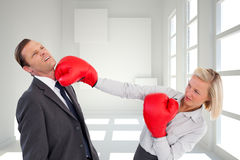 Bizneswomanu ciupnięcia kolega z jej bokserskimi rękawiczkami Obrazy Royalty Free