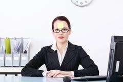 bizneswomanu czoło jej nutowa poczta obraz stock