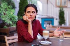 Bizneswomanu czuć emocjonalny podczas gdy mieć spór z partnerem obraz royalty free