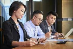 Bizneswomanu czytania kontrakt przy spotkaniem obraz stock