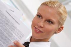 bizneswomanu czytanie Fotografia Stock