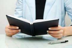 bizneswomanu czytanie Zdjęcia Stock