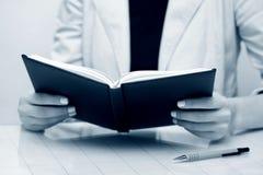 bizneswomanu czytanie Zdjęcie Royalty Free