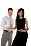 bizneswomanu czytanie biznesmena dokumentu Obrazy Royalty Free
