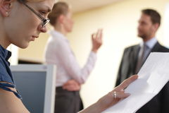 bizneswomanu czytanie dokumentu Zdjęcia Stock