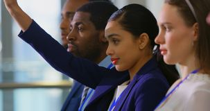 Bizneswomanu dźwigania ręka w biznesowym konwersatorium 4k zbiory wideo