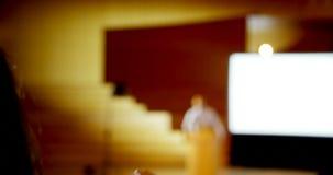 Bizneswomanu dźwigania ręka w biznesowym konwersatorium przy audytorium 4k zbiory