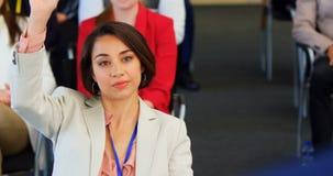 Bizneswomanu d?wigania r?ka w biznesowym konwersatorium 4k zbiory wideo