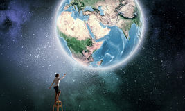 Bizneswomanu dojechania ziemi planeta Obrazy Royalty Free
