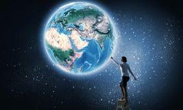 Bizneswomanu dojechania ziemi planeta Zdjęcia Stock