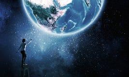 Bizneswomanu dojechania ziemi planeta Zdjęcie Stock