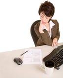 bizneswomanu dokumentu czytać poważny Zdjęcie Stock