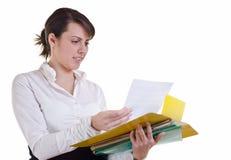 bizneswomanu dokumentu czytanie Obrazy Stock