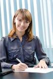 bizneswomanu dokumentu podpisywanie Obraz Stock