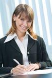 bizneswomanu dokumentu podpisywanie Zdjęcia Royalty Free