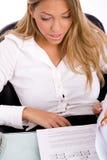 bizneswomanu dokumentu przyglądający odgórny widok Obrazy Royalty Free