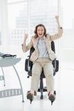 Bizneswomanu doping z rękami podnosić w biurze Obraz Royalty Free