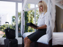 Bizneswomanu dosłania email na dotyka ochraniacza komputerze zdjęcie stock