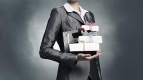 Bizneswomanu dostawanie lub przedstawiać prezenty Mieszani środki Zdjęcie Stock