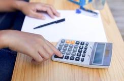 Bizneswomanu działania ręka na kalkulatorze obraz stock