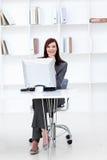 bizneswomanu działanie komputerowy uśmiechnięty Zdjęcie Stock