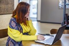 bizneswomanu działanie laptopa zdjęcia stock