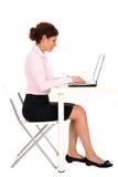 bizneswomanu działanie laptopa obraz stock