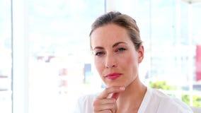 Bizneswomanu główkowanie przy jej biurkiem zbiory wideo