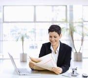 bizneswomanu gazety czytanie Fotografia Stock