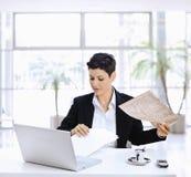 bizneswomanu gazety czytanie Zdjęcia Royalty Free