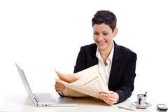 bizneswomanu gazety czytanie zdjęcia stock