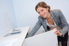 Bizneswomanu gmeranie dla dokumentu w spiżarni Obrazy Royalty Free