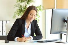 Bizneswomanu handwriting pracujące notatki Fotografia Stock