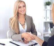 Bizneswomanu i klienta handshaking obrazy royalty free
