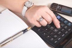 bizneswomanu kalkulator Zdjęcia Royalty Free