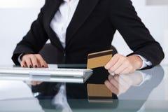 bizneswomanu karty kredyta mienia odosobniony biel Zdjęcia Stock