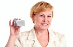 bizneswomanu karty kredyta mienie pomyślny Zdjęcia Stock