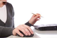 bizneswomanu komputer odizolowywający myszy pióro Obrazy Royalty Free