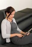 bizneswomanu komputerowy rzemienny kanapy pastylki dotyk Obrazy Royalty Free