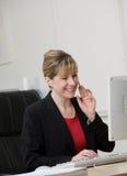 bizneswomanu komputerowy słuchawki działanie Zdjęcia Stock