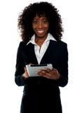 bizneswomanu komputeru osobisty pastylka używać bezprzewodowego potomstwo Zdjęcia Royalty Free