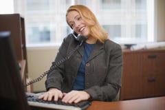 bizneswomanu komputeru telefon Obrazy Royalty Free