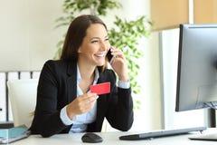 Bizneswomanu kupienie online i dzwoni obsługi klienta obraz stock